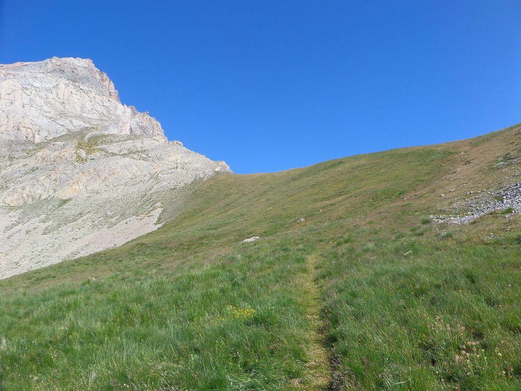 départ de la route de l'Izoard (2120m) et montée au Col des Peygus (2612m) !! belle balade pour se dégourdir les jambes !!
