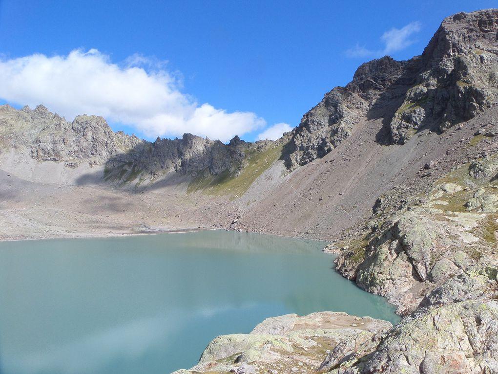 départ de Chambran (1720m) et montée au Lac de l'Eychauda (2550m) !! beau lac glaciaire et superbe sentier taillé dans la pente !!