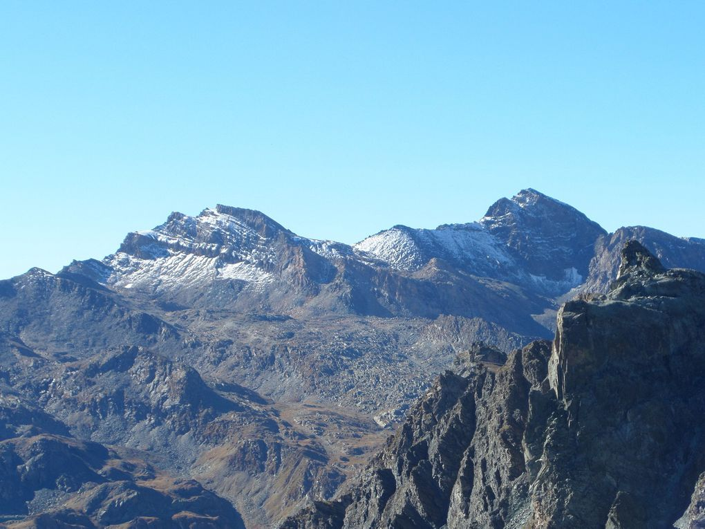 départ du refuge Agnel (2580m) et montée au Col de Chamoussière puis jusqu'au sommet du Pic de Caramantran (3025m) !! superbe belvédère sur le Mont Viso, la Barre des Ecrins, le Mont Blanc, le Grand Paradis, le Cervin, le Mont Rose ... !!