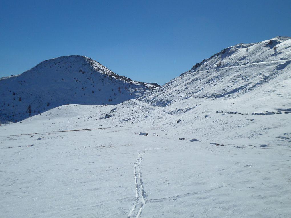 départ de la route du Granon (2250m) et montée à ski de fond (avec 1/3 de peaux) au Col du Granon (2413m) puis jusqu'au Col de l'Oule (2546m) !! 1ere rando à ski nordique de la saison ce 30/10/15 avec un temps superbe !!