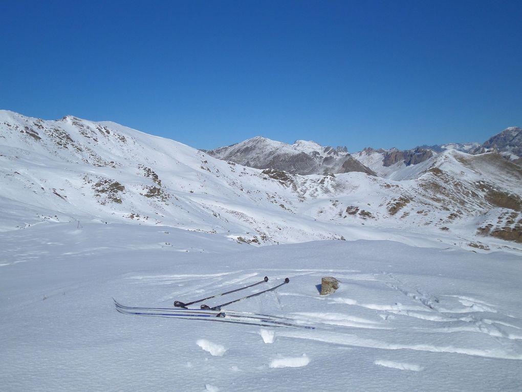 départ du Col du Granon (2413m) et montée à ski de fond (avec 1/3 de peaux) au Col de l'Oule (2546m) puis balade sur les crètes du Granon !! quel soleil !! on se croirait au printemps !!
