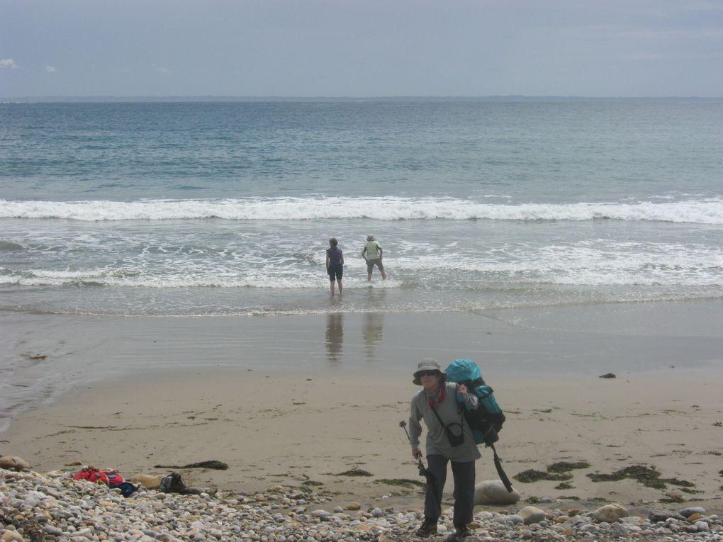 Arrivées sur la plage de Veryac'h. Colette et Carmen se trempent les pieds.