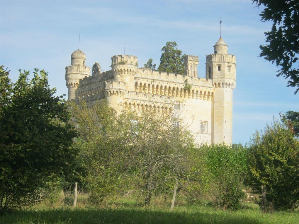 Le château perché à 44 mètres, la Fue (ou pigeonnier), le puits et une pompe, les panneaux solaires vus de loin