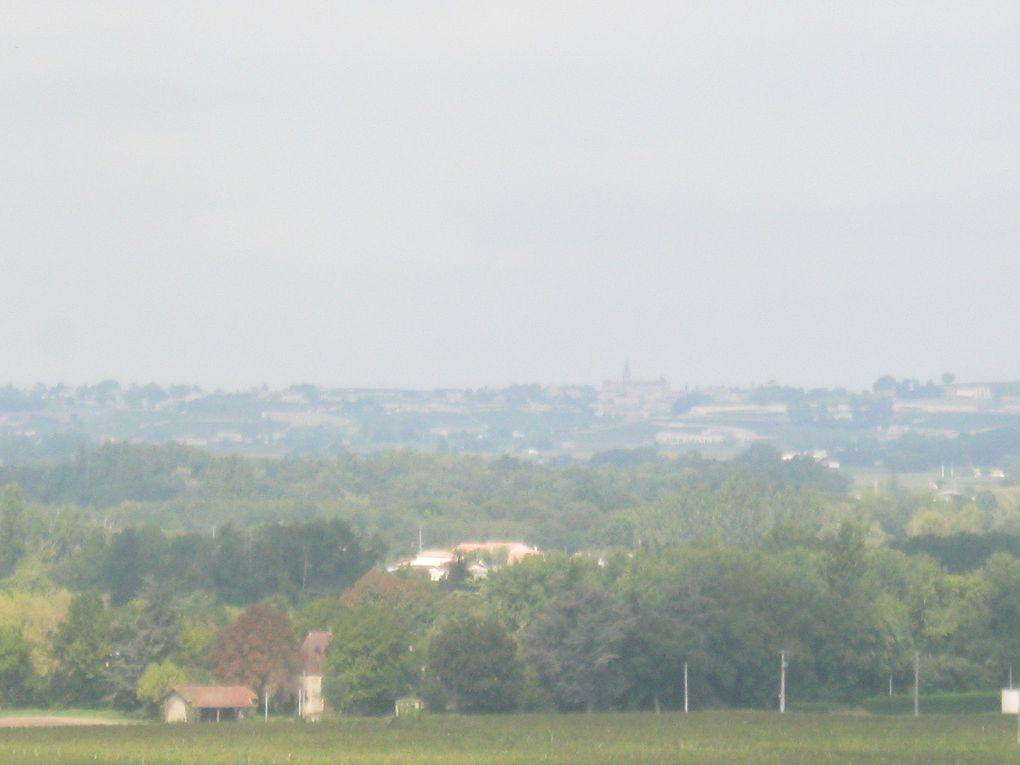 Des maisons, des puits, des paysages, le pique-nique. La brume matinale se lève vers midi. Sur la dernière photo en ayant zoomé au maximum on peut voir l'église de Saint-Emilion