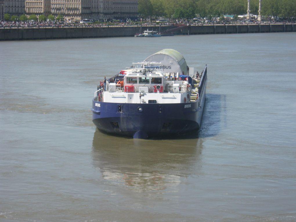 La barge s'approche très lentement