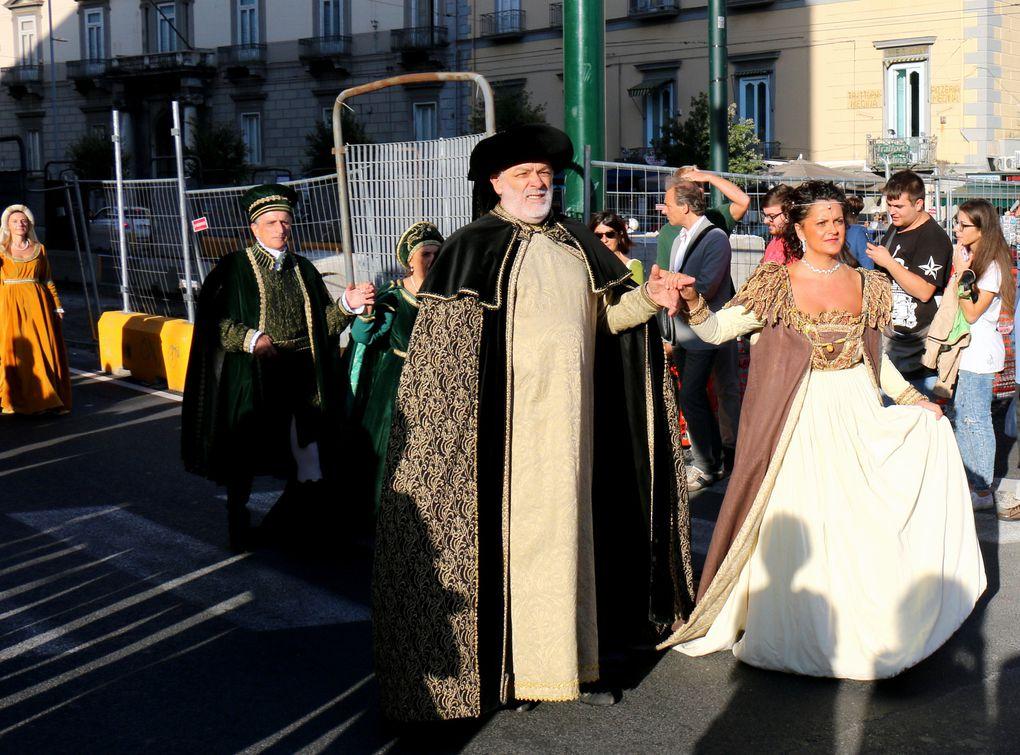 Défilé médiéval à Naples, couples costumés