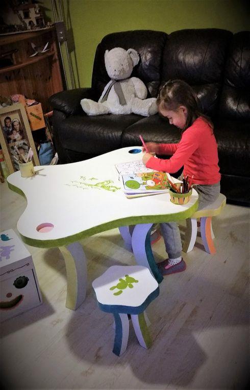 Table d'activités enfant en carton démontable et ses tabourets en carton démontables.