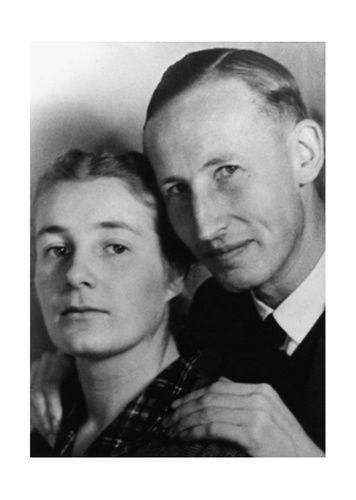 Ehepaar Heydrich: Am zweiten Weihnachtstag 1931 heiratete Reinhard Heydrich Lina Mathilde von Osten. Als die beiden sich verlobten, hatte Heydrich noch ein Verhältnis mit der Tochter eines Werftbesitzers. Wegen seines unehrenhaften Verhaltens suspendierte Admiral Erich Raeder ihn vom Dienst - seine Karriere bei der Marine war beendet.