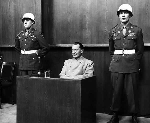 Bruno Loerzer, Hermann Göring, et Adolf Galland visitant une base aérienne en Belgique, Sep-Oct 1940 - Hermann Goering lors d'un interrogatoire au procès de Nuremberg
