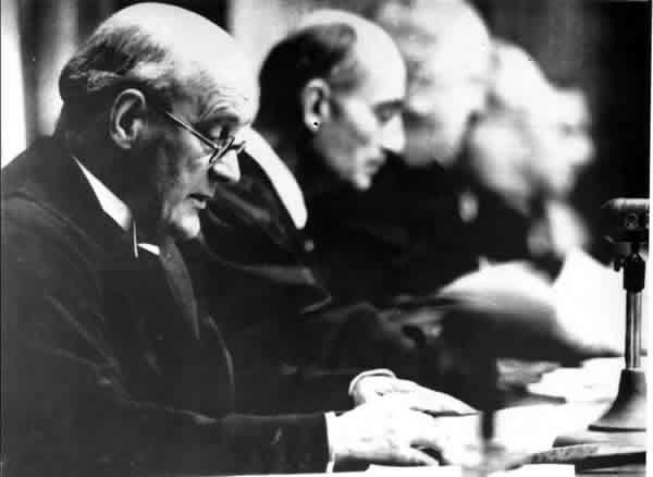 Le banc des accusés - Le Président Lawrence lit le résumé du procès le 30/09/46