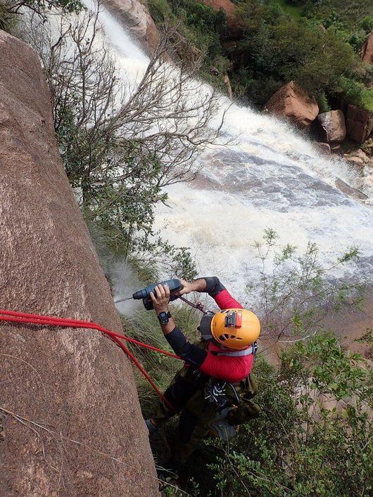 10 photos montrant l'équipement et la sécurisation de la cascade...