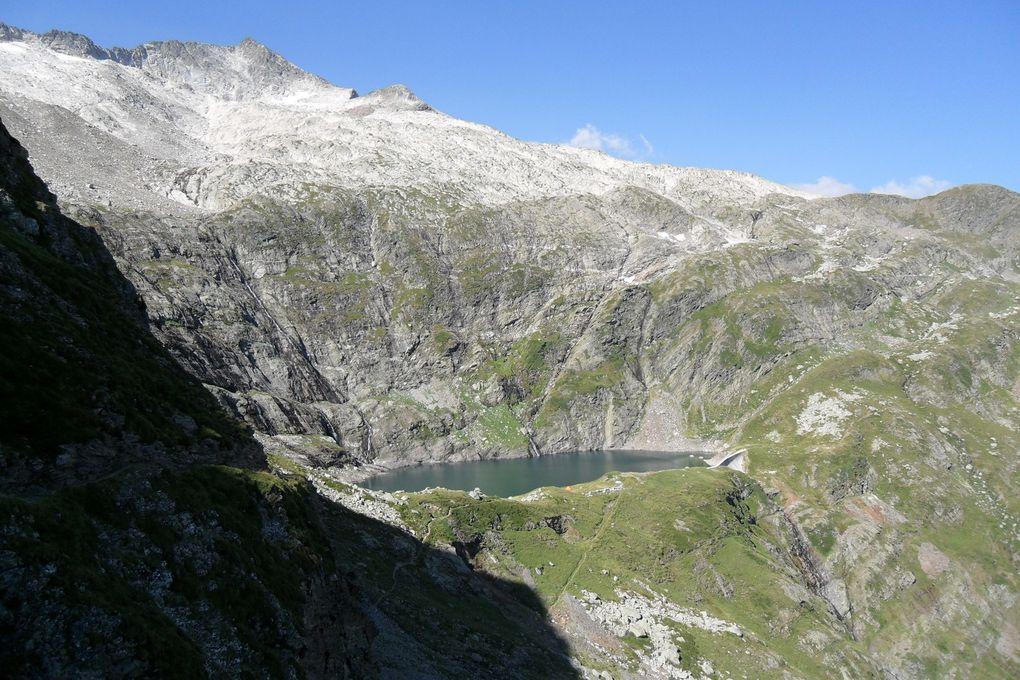 Le lac bleu à 2265 m d'altitude, il vous faudra 4 h de marche et fort dénivlé 1115 m, possibilité de camping. Ce lac voit son niveau très changeant ce qui n'est pas formidable pour la pêche, mais du fait que c'est un lac EDF, difficile de prévoir en avance le niveau
