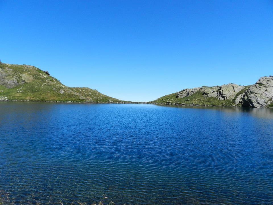 La montagnette est un lac comme suspendue en haut de la montagne sur un de ses côté en grimpant légèrement vous dominerez toute la vallée. On a l'impression quand on est sur ce lac qu'il se déverse dans le vide. Il vous faudra 3 h pour l'atteindre au départ de l'Hospice de France, avec un dénivelé de 950 m. Peu de place pour mettre la tente mais comme il est dehors des circuits de randonnée, il est peu pêché, ce qui permet d'y réalisé de belle pêche. altitude 2232 m