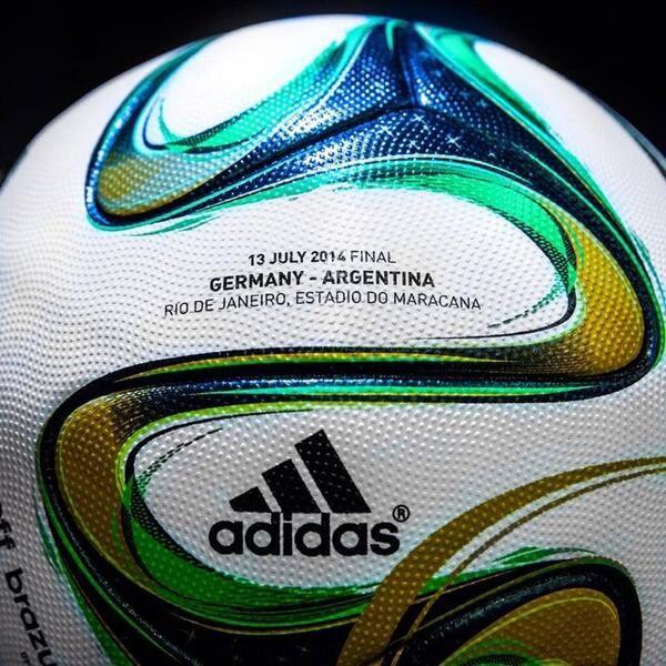 Entre les dieux du football il va falloir choisir le meilleur. Un schisme se prépare au Vatican.