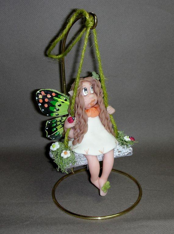 P'tite Elfe papillon sur balançoire en porcelaine froide