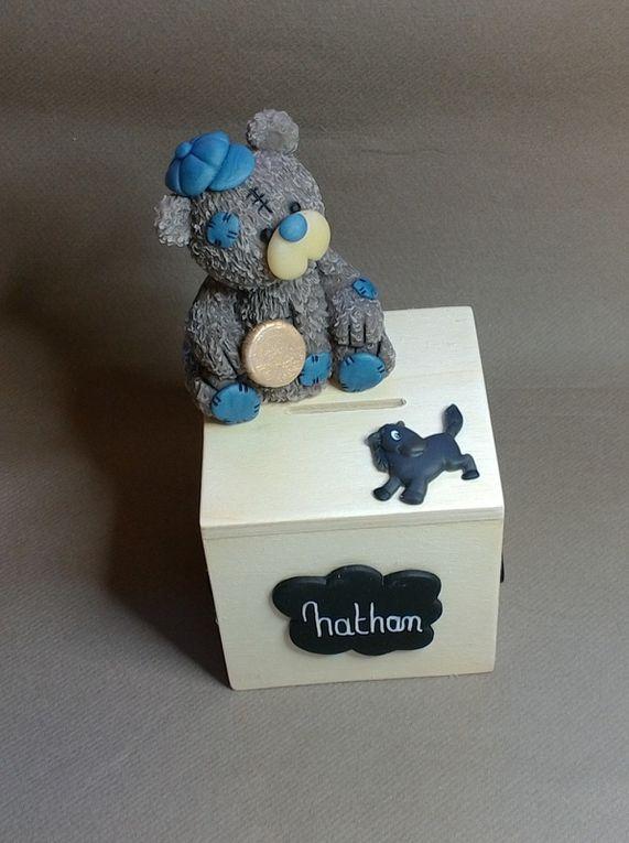 Tirelires en bois avec ourson en porcelaine froide