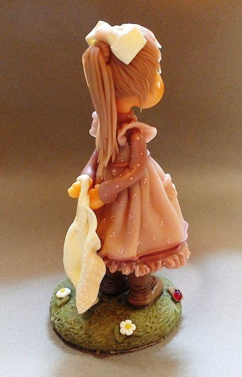 Fillette d'autrefois et son ourson en porcelaine froide