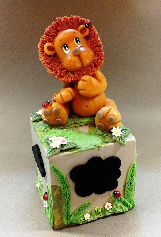 Tirelire en bois avec lion en porcelaine froide