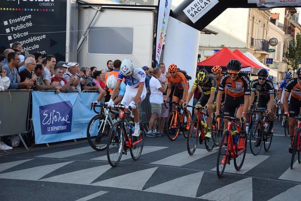 L'école de cyclisme du Dreux CC avec les pros à Longjumeau (91)