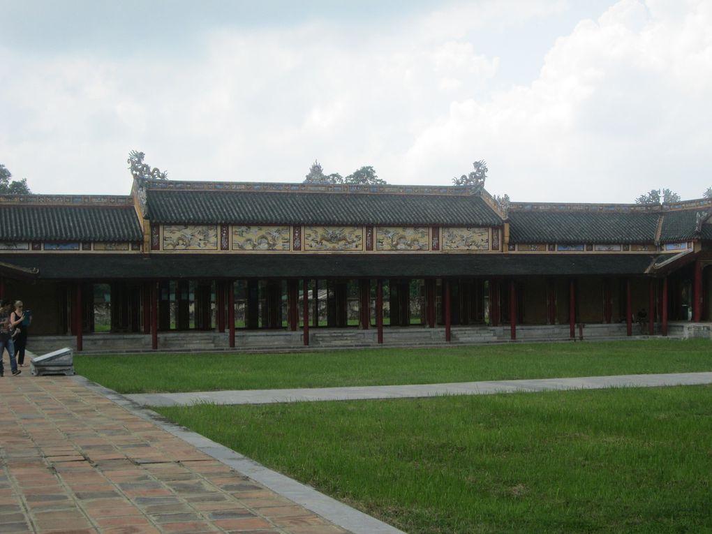 Diverses photos de la cité impériale : le palais de l'harmonie suprême, le théâtre royal &#x3B; la bibliothèque royale, la cité pourpre interdite, la salle des mandarins etc...: