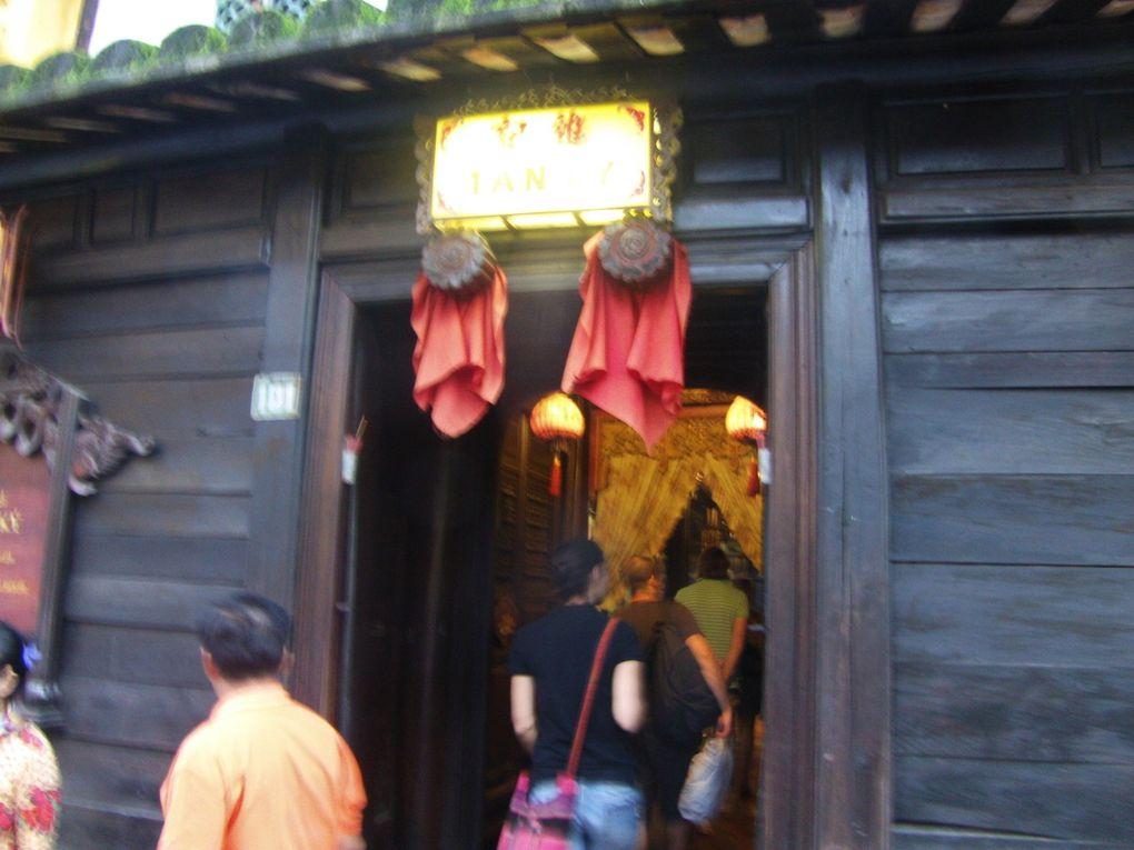 Le Pont Japonais ( Caut Nhât Ban) relie depuis 1593 les anciens quartiers chinois et japonais / Maisons communes : Un hall d'assemblée était utilisé par l'ensemble des communautés chinoises. La maison commune de Canton date de 1786. Celle de Fudjan :s'encadre d'un triple portail. Une peinture murale illustre la fuite des familles ayant quitté Fudjan au XVIIéme siècle. La Maison commune des Fukiens possède un joli portail. Celle de Hainan a été édifiée en 1883./ Maisons anciennes : La maison de Tan Ky  fut habitée par 7 générations d'une famille de commerçants chinois. La maison culte des ancêtres de la famille Tran date de 1802. La maison de Phung Hung date de 1780 et appartient à la 8ème génération. / Les quais et les ponts sur la rivière Song Thu Bon sont très vivants et cela tard le soir. Idem pour toutes les ruelles dont les magasins restent ouverts une grande partie de la nuit.