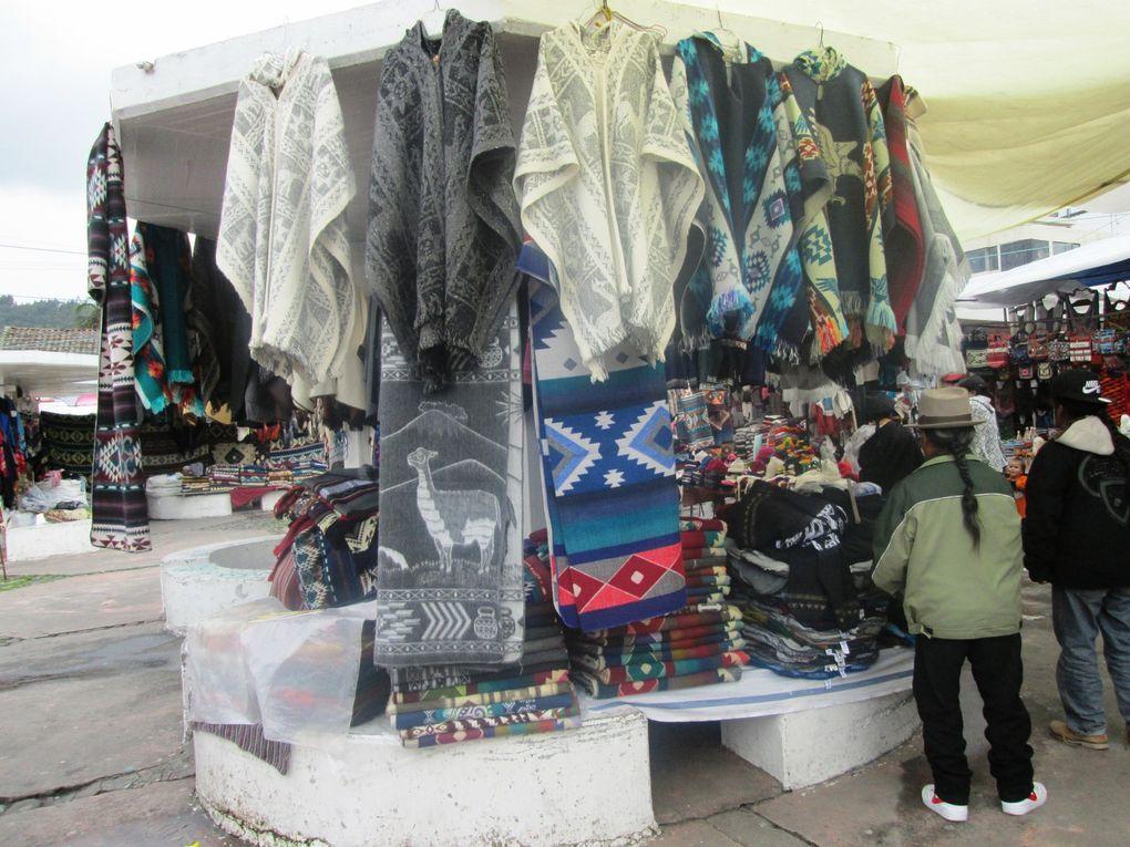 Les 5 premières photos : le marché. Photos 6 à 12 divers quartiers d'Otovalo. Photos 13, 14 et 15. Hôtel Photo 16 et 17 sortie restaurant.