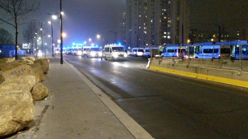 La police a dispersé les migrants qui dormaient sous le pont de la Porte des Poissonniers, devant le Centre humanitaire de la Porte de la Chapelle