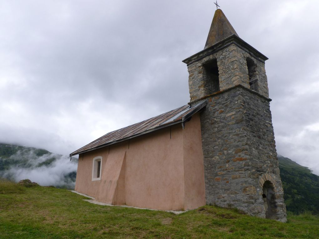 Hameau de Poingt-Ravier, perché au-dessus de Valloire, et sa chapelle