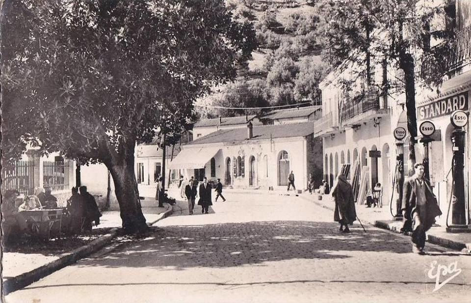 . Sidi Aïch, commune mixte de la Soummam  pied du versant O. de la montagne habitée par le Aârch Ath waghlisq découpé en six centres municipaux). Les nombreux et pittoresques villages sont reliés à la route d'El Flaye avec des embranchements d'où l'on a de magnifiques vues sur la vallée et la Kabylie des Babors. L'olivier, le figuier et la caroube sont la principale ressource de la région. Très important et pittoresque marché le mercredi. L'industrie domestique est représentée par des poteries, des lainages curieusement ornés et de la sparterie de palmier nain.