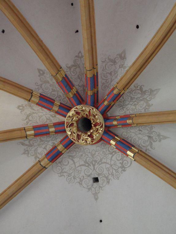 Façade et détails intérieurs de la cathédrale (clé de voûte, vitraux du choeur et du transept sud) (DR : Stéphane Godet)