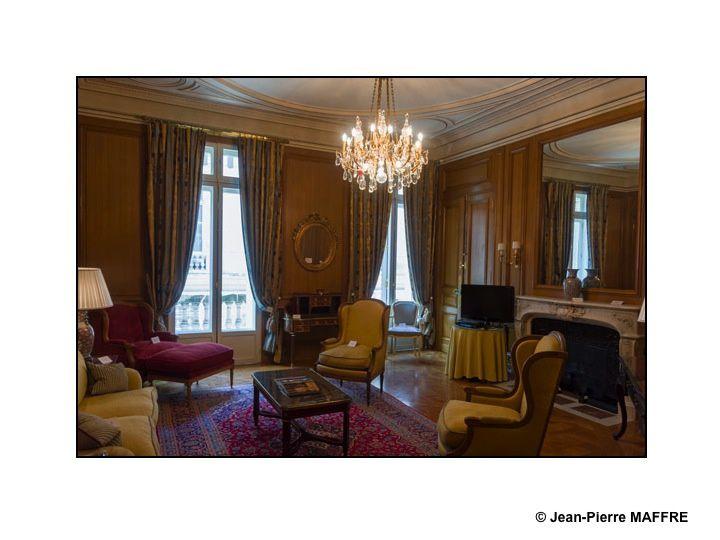 Avant sa rénovation complète pour répondre aux exigences de l'hôtellerie de luxe contemporaine, l'hôtel de Crillon nous a ouvert ses portes. Une occasion unique de contempler ce joyau avant la dispersion de son mobilier. Paris, 14 avril 2013.