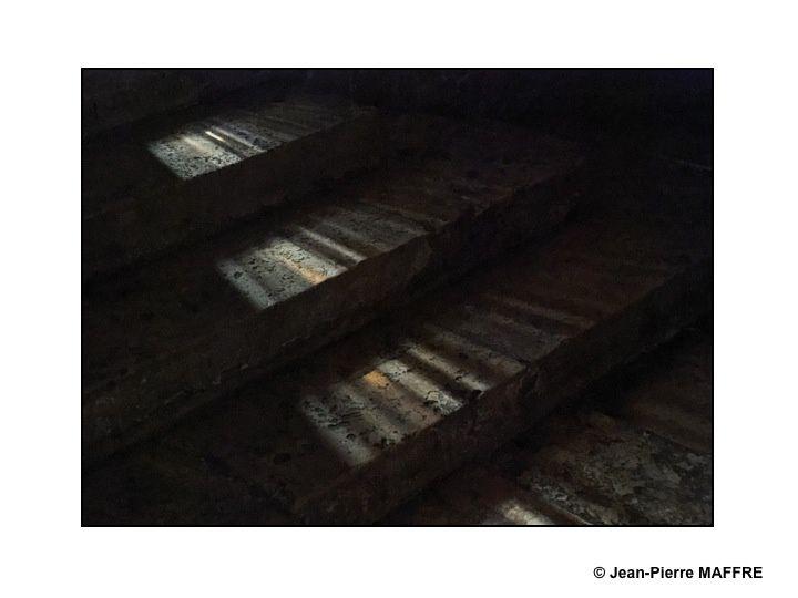 Nous connaissons tous les vitraux de la cathédrale de Chartres. Pourtant il suffit de baisser la tête pour découvrir d'autres merveilles, magnifiées par la lumière comme le dallage et son labyrinthe.