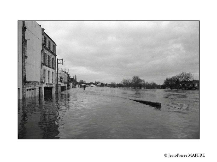La Charente, fleuve d'aspect très paisible avec ses promenades en gabarre ou sur des embarcations proposées par l'Office du tourisme peut se montrer redoutable lors d'inondations mémorables comme celle de l'hiver 1982.