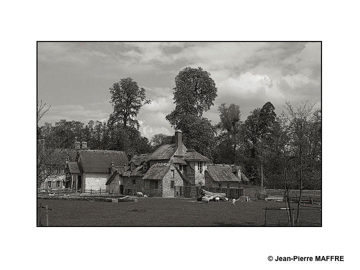 Voici le Hameau de Marie-Antoinette tel qu'il aurait pu être photographié à la fin du 19eme siècle.