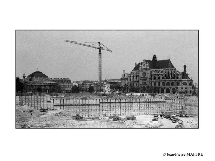 """Les Parisiens avaient donné le nom de """"Trou des Halles"""" à l'excavation faite à l'emplacement des anciennes Halles. On y a construit la station du RER Châtelet puis au-dessus le Forum des Halles."""