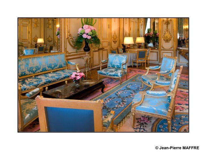 La visite du Palais de l'Elysée est un moment inoubliable, courez-y. Enfin... piétinez plusieurs heures avant de pouvoir y accéder lors des Journées du Patrimoine.