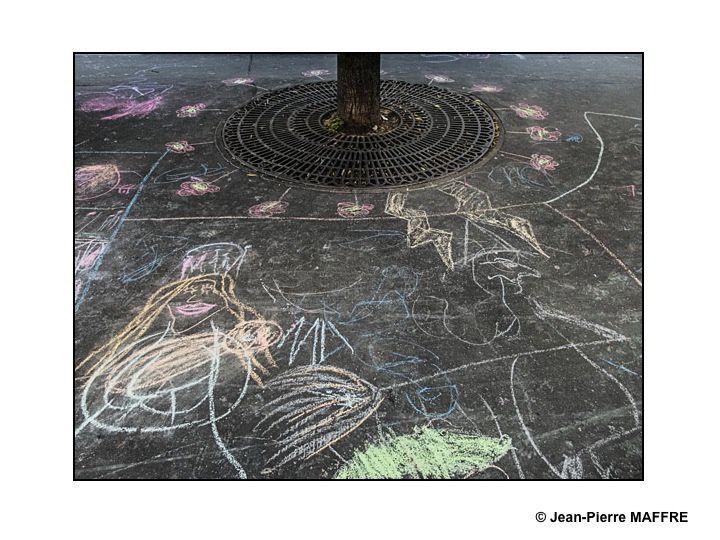 Au hasard de mes promenades dans Paris, j'ai ai eu la chance de trouver ces dessins éphémères tracés à la craie par des enfants. Comment ne pas résister au plaisir de vous en faire profiter.