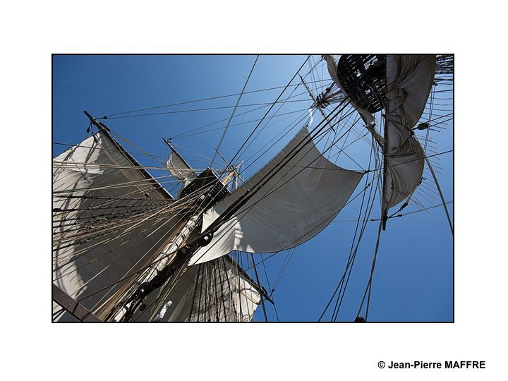 Grand mât, artimon, misaine et beaupré, par leurs graphismes étonnants, font renaître l'univers de la marine d'antan.