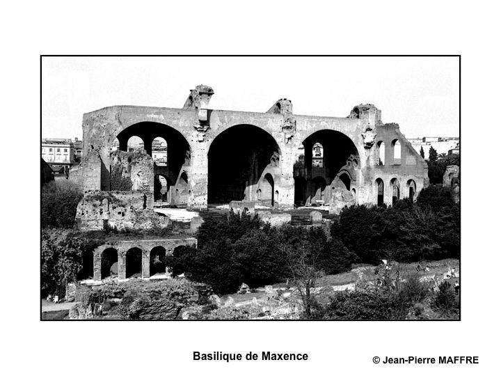 En 1979 voici le Colisée et ses environs en noir et blanc, ombres et lumières.