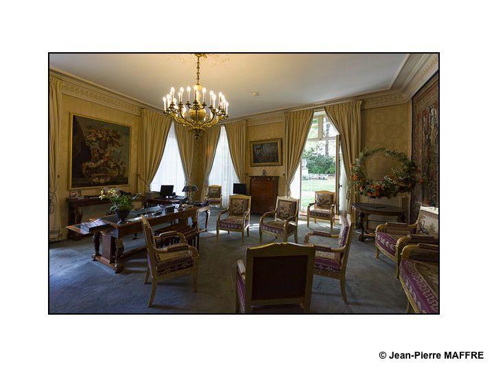 Dans ce palais, édifié à Paris par Marie de Médicis à partir de 1615, siège le Sénat dans un décor de dorures, de pourpre et de lumières.
