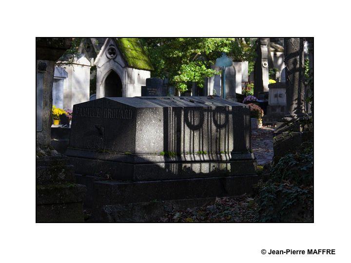 Grâce aux effets de lumières, les endroits les plus cachés de ce cimetière de Paris révèlent à notre regard tous leurs mystères.