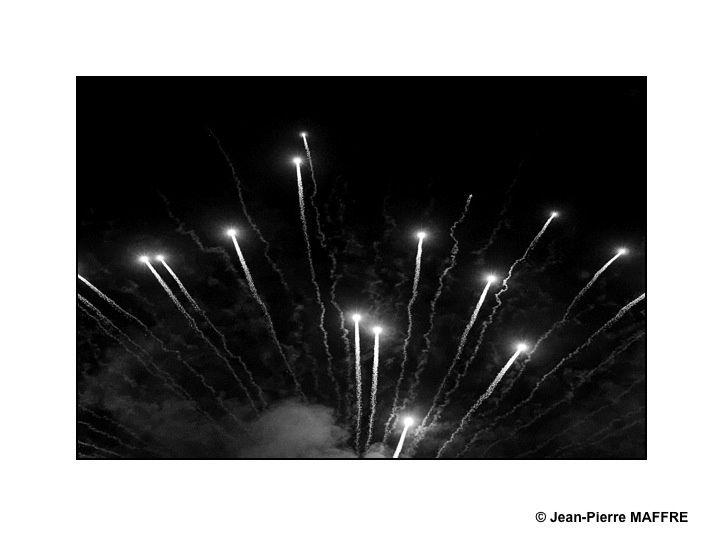 Le déchaînement de lumières et de couleurs d'un feu d'artifice se prête facilement au caractère épuré de la photo en noir et blanc.