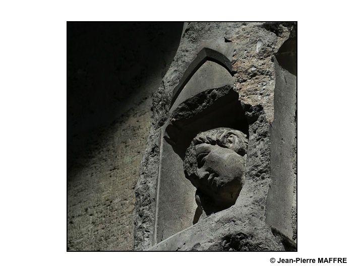 L'incendie provoqué par le bombardement du 19 septembre 1914 a endommagé de nombreuses statues de la cathédrale de Reims. Celles situées au revers de la façade conservent encore de nombreuses traces des dégâts occasionnés par cette catastrophe. Depuis, beaucoup d'entre elles ont été restaurées.