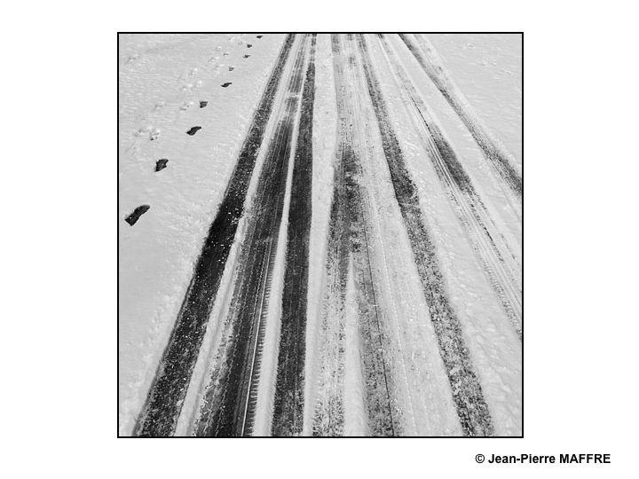 Ces étonnants et éphémères graphismes laissés sur le sol enneigé rappellent certaines peintures contemporaines.
