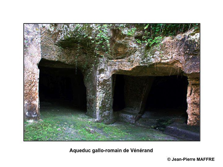 La mousse, le lierre et les siècles n'empêchent pas les archéologues et les amateurs d'admirer cet art qu'avaient les Romains de construire des aqueducs et des lavoirs.