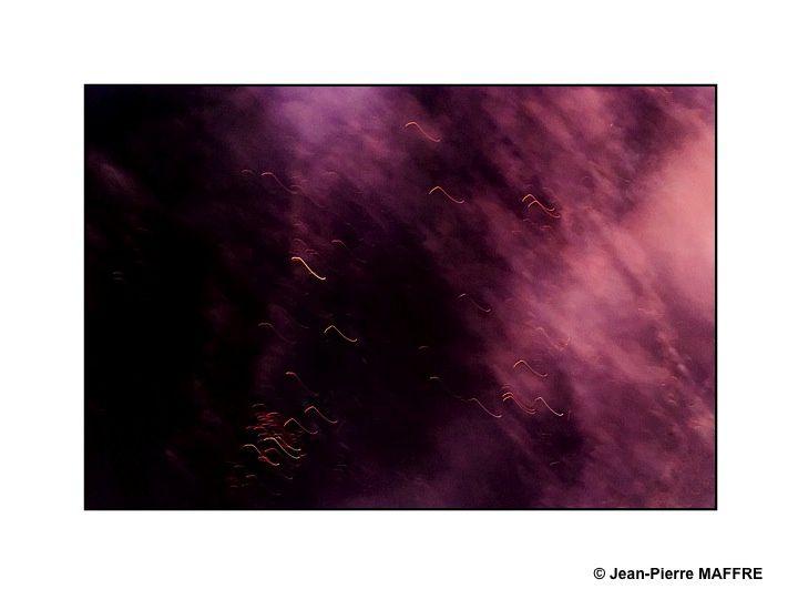Entrer dans un feu d'artifice grace à un téléobjectif nous permet souvent de découvrir un environnement proche de celui que nous présentent les photos d'astronomie.