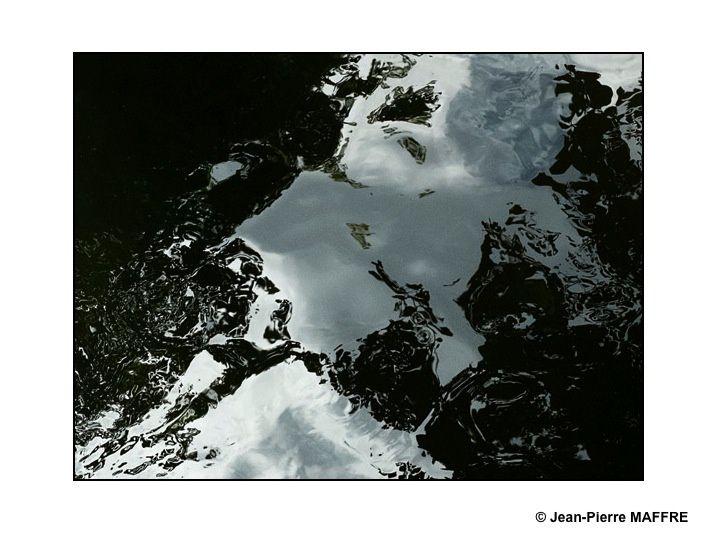 C'est étonnant comme les reflets d'un simple cours d'eau peuvent faire penser à des continents imaginaires vus de loin.