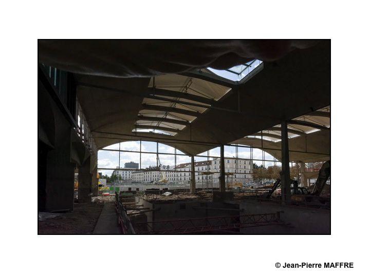 Située à Paris, la halle Freyssinet, ancien bâtiment des messageries de la gare d'Austerlitz a été construite dans les années 1920. En vue de sa réhabilitation, d'importants travaux sont en cours comme en témoignent ces photos prises en 2015 lors des journées du patrimoine.