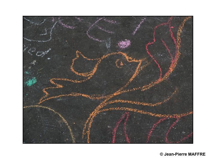 Après les attentats du 13 novembre 2015 des dessins à la craie ont traduit, d'une manière éphémère, sur le sol parisien les traumatismes mais aussi les messages d'amour et d'espoir.