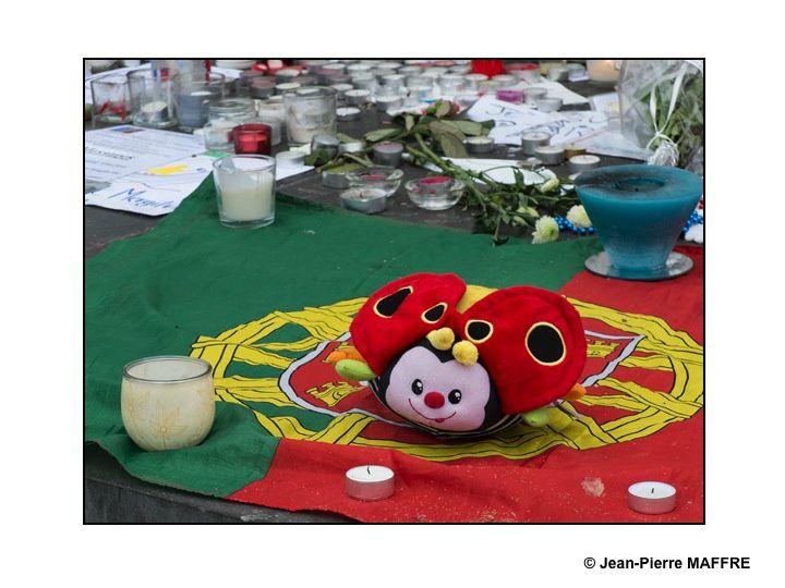 L'horreur des attentats du 13 novembre 2015 a suscité de nombreux témoignages spontanés et divers rassemblés au pied de la statue de la Place de la République à Paris.
